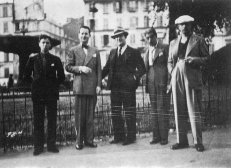 http://www.patrus53.com/wp-content/uploads/2011/12/017-One-of-the-first-photographs-of-the-Quintet-at-La-Place-Pigalle-1934-Roger-Chaput-St%C3%A9phane-Grappelli-Louis-Vola-Joseph-Django-Reinhardt-467x340.jpg